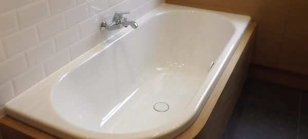Mobilier de salle de bain, sur mesure, habillage chêne vernis (protection marine).